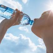 💦Tenemos que hidratarnos💦 Beber agua es fundamental para mantenernos hidratados y para que el cuerpo pueda llevar a cabo numerosas funciones corporales. El agua ayuda a regular la temperatura🌡corporal, a eliminar desechos, a hacer la digestión y a transportar los nutrientes a las células. 💧Se recomienda beber agua sin esperar a tener sed para hacerlo. Es importantísimo hidratarse correctamente y bebiendo agua desplazamos el consumo de otros líquidos nada saludables, como los refrescos azucarados,🧃 los zumos industriales o el alcohol.🍻🍷 No obstante, conviene no obsesionarse con las cantidades y beber a diario sin necesidad de contar vasos. Nuestras necesidades de agua dependerán del calor🌞, de la actividad física que hayamos llevado a cabo🏃, de si hemos consumido alimentos muy salados o del agua que hayamos tomado con los alimentos: si hemos tomado infusiones, sopas, probablemente el cuerpo no nos demandará tanta agua💧  En general hidratación natural y muy saludable. #herbolariosartesano #enartesanotecuidamos #agua #hidratacion #calorcito #refrescarse