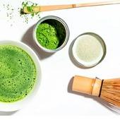 """🍵Té matcha, protege al organismo del envejecimiento, aporta energía y reduce el estrés entre los muchísimos beneficios de este maravilloso té. Pero y su preparación? 🎎 Conocida como la ceremonia del té """" cha no yu en japonés """" es un rito social y espiritual milenaria. Al contrario que otras infusiones, la preparación del té  es por suspensión. 🔺️Recordemos que en este caso al tomar matcha, consumimos toda la hoja de té verde molida en forma de polvo finísimo. De este modo se conservan todas sus propiedades.  🔺️Utensilios necesarios para su preparación: 📌Chasen: llamado también Whisky, es una brocha larga de bambú. Sus rígidas y finas cerdas de bambú están especialmente diseñadas para remover el polvo del té de manera homogénea sin alterar su sabor. 📌Chahaku: también conocida como Bamboo Scoop, es una cuchara que sirve para recoger la cantidad justa de matcha, aproximadamente 1 gramo.  📌Chawan: es la taza perfecta para la preparación de este té. Un cuenco ancho, ideado para facilitarnos a la hora de remover el polvo de té matcha. Suele estar fabricada en cerámica o barro. Preparación: Añade 1 gramo de té matcha al Chawan y a continuación  la mitad de agua de los 70 ml que vamos a necesitar. Con la ayuda del Chasen remueve con movimientos rápidos y enérgicos, alternando movimientos en """" M """" y en """" W """" con el chasen siempre apoyado  en la superficie. Una vez disuelto completamente, asegurándonos de que la mezcla es homogénea y sin grumos, añadir el testo del agua al gusto manteniendo su textura cremosa. #herbolariosartesano #enartesanotecuidamos #tematcha #infusiones #energia #antienvejecimiento"""