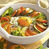 Receta muy fácil y rica. 🍲Cazuela de verduras con huevo. Coge una verduras ( calabacines 🥒zanahoria,🥕cebolla ) Límpialas, córtalas en rodajas y rehógalas un poco en una sartén. En una cazuelita para horno, pon una base de salsa de tomate🍅coloca las rodajas de verduras alrededor del borde junto con unos ramilletes de brócoli🥦lavado.Casca un huevo🥚en el centro. Espolvorea con pimienta, sal y hierbas aromáticas, hornea 10 minutos a 200° y ...¡ cena lista ! #herbolariosartesano #compraenartesano