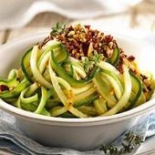 Tallarines de calabacín con pesto rojo🥒🥒 Si no tomas pasta por alguna intolerancia u otros motivos, puedes probar los tallarines de calabacín, una receta vegetariana  deliciosa.🥗 Siempre triunfan y te ayudan a aportar fibra a la dieta sin sumar calorías.  Necesitamos ( 2 calabacines, 6 tomates secos🍅 1 cebolleta, 40g de avellanas,🌰1 diente de ajo🧄1 ramita de tomillo, 50g de queso parmesano rallado🧀, aceite de oliva y sal ) Preparar las verduras Por un lado, poner los tomates secos en un cuenco , cúbrelos de agua templada y déjalos en remojo durante 15 minutos para elaborar después el pesto rojo. Despunta los calabacines lávalos, sécalos  y cortalos en tiras finas. Elaborar el pesto rojo Limpia la cebolleta, pela el ajo, escurre los tomates que habíamos puesto en remojo, lava el tomillo, quita la pielecilla de las avellanas y pica todo muy menudo para mézclalo en un cuenco. Finalmente, añade el queso parmesano y 3 cucharadas de aceite, remueve todo hasta que quede bien integrado. Saltear en una sartén antiadherente con un hilo de aceite los tallarines de calabacín,  servir en un plato y aliñar con el pesto rojo por encima.  Como no llevan carne ni pescado,  estos tallarines son aptos para veganos y si en el pesto rojo prescindes del parmesano también podría encajar en una dieta vegana. Buen provecho 😊 #herbolariosartesano