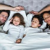 😴La importancia del sueño😴 El sueño es una necesidad biológica que forma parte de nuestra vida, cuya finalidad es establecer las funciones orgánicas y psicológicas esenciales para el correcto funcionamiento y el pleno rendimiento de nuestro organismo. 😱Cuando tenemos problemas para dormir se produce una disminución del rendimiento intelectual en los estudios o en el trabajo, disminuyen los reflejos, nos afecta el estado de ánimo...etc. 🌜MELATONOVA, ahora también liquida. La melatonina es una hormona sintetizada en nuestro organismo a partir del aminoácido triptófano. Se la llama la hormona del sueño. 🌜Inductora del sueño, contribuye a disminuir el tiempo necesario para conciliar el sueño. 🌛Reguladora del ciclo sueño-vigilia,  ayuda a reestablecer un ritmo adecuado del sueño, que puede ocurrir por el trabajo a turnos y el desfase horario por vuelos transcontinentales. 🌛Pero la melatonina es mucho más que una hormona del sueño, ya que reduce la ansiedad y el nerviosismo y posee una actividad antioxidante. #herbolariosartesano #enartesanotecuidamos #melatonina #descansar #melatonova #sueño #dormir