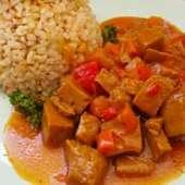 ❣Seitán al curry con verduras 🍽 El Seitán es un sustituto vegetal de la carne que se elabora a base de gluten de trigo y es una excelente fuente de proteínas en la dieta vegana. ❣Se puede preparar de diferentes formas: frito, a la plancha o parrilla, rebozado, al horno, etc... Para este plato necesitamos ( 300gr de Seitán, 1 zanahoria 🥕1 pimiento rojo🌶1 cebolla🧅1 tacita de tomate triturado 🍅una cucharadita de curry en polvo, media cucharadita de sal, una cucharada sopera de aceite de oliva y 2 tazas de caldo de verduras). 📌Cortamos el Seitán en dados, pelamos las verduras y las  cortamos también en dados. 📌En una olla calentamos el aceite y pochamos la cebolla hasta que se ponga transparente  y añadimos la zanahoria y el pimiento y sofreímos hasta que esté blandito, añadimos el tomate triturado, el Seitán, el curry y la sal, removemos bien y dejamos cocinar durante unos 5 minutos.  📌Añadimos el caldo cubriendo bien todo y llevamos a ebullición, bajamos el fuego y dejamos cocinar hasta que el caldo reduzca dependiendo de la consistencia que nos guste. 📌Cuando esté listo dejamos reposar 15 minutos y servimos con nuestra guarnición favorita (arroz, patata, verduras, pasta...) Y a disfrutar 😋 #herbolariosartesano #enartesanotecuidamos #recetasfáciles #vegano #seitán #instafood #cocinasaludable